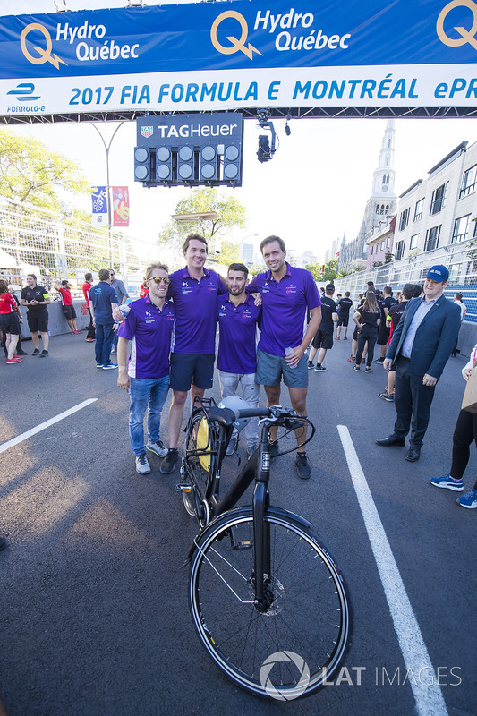 Sam Bird, DS Virgin Racing, y Jose Maria Lopez, DS Virgin Racing, en una carrera de bicis