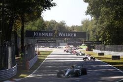 Lewis Hamilton, Mercedes AMG F1 W08, Esteban Ocon, Sahara Force India F1 VJM10