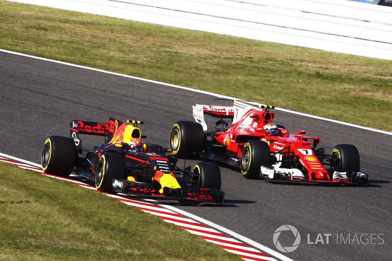 Max Verstappen, Red Bull Racing RB13, lotta con Kimi Raikkonen, Ferrari SF70H, dopo il suo pit stop