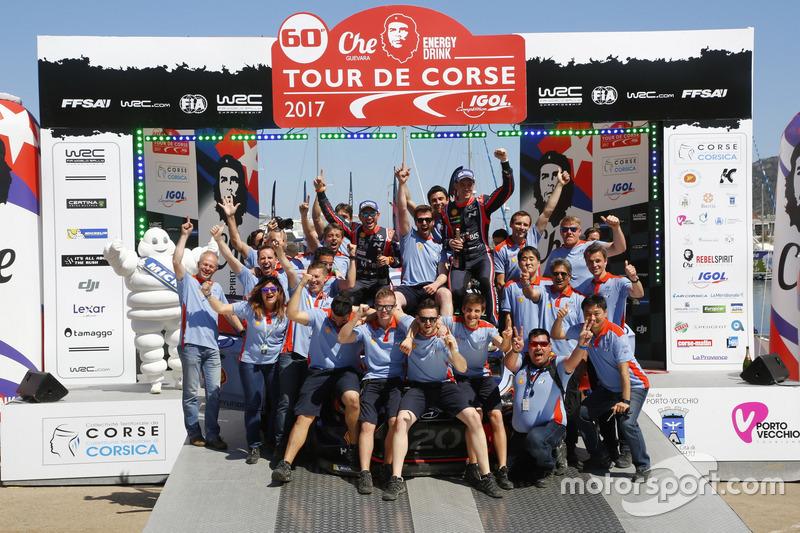 I vincitori Thierry Neuville, Nicolas Gilsoul, Hyundai i20 Coupe WRC, Hyundai Motorsport con il team