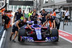 Des mécaniciens Scuderia Toro Rosso avec la STR12