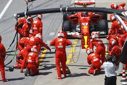 Kimi Raikkonen, Ferrari SF70H, pit stop action