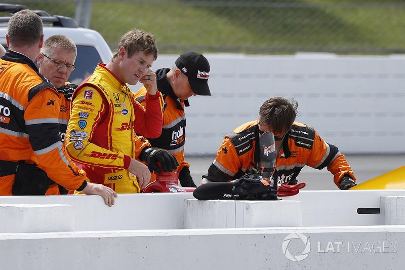 Ryan Hunter-Reay, Andretti Autosport Honda, es ayudado por el Holmatro Safety Team después de su choque