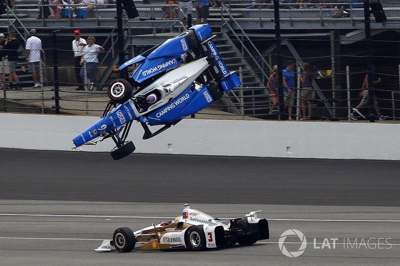 Машина Скотта взлетела на несколько метров вверх.
