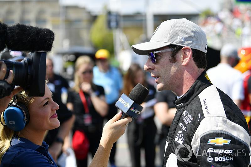 Simon Pagenaud,  Team Penske Chevrolet celebra Verizon P1 con el trofeo de la pole