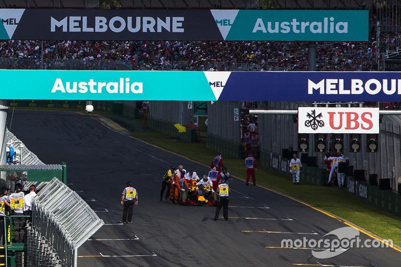 Oficiales quitan el coche de Daniil Kvyat, Red Bull Racing RB12, de la parrilla