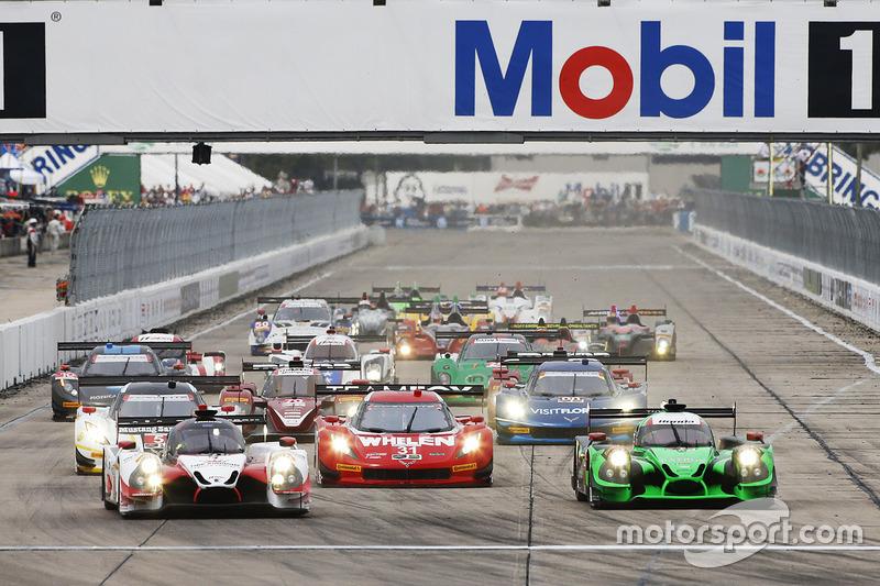 Start: #60 Michael Shank Racing with Curb/Agajanian Ligier JS P2 Honda: John Pew, Oswaldo Negri, Olivier Pla leads