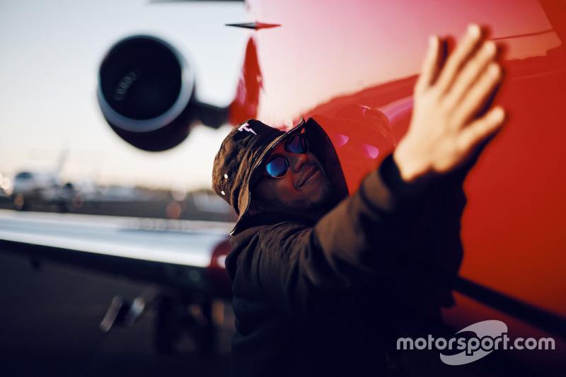 Lewis Hamilton abraza su avión