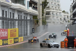 Daniel Ricciardo, Red Bull Racing RB12, führt hinter dem Safety-Car