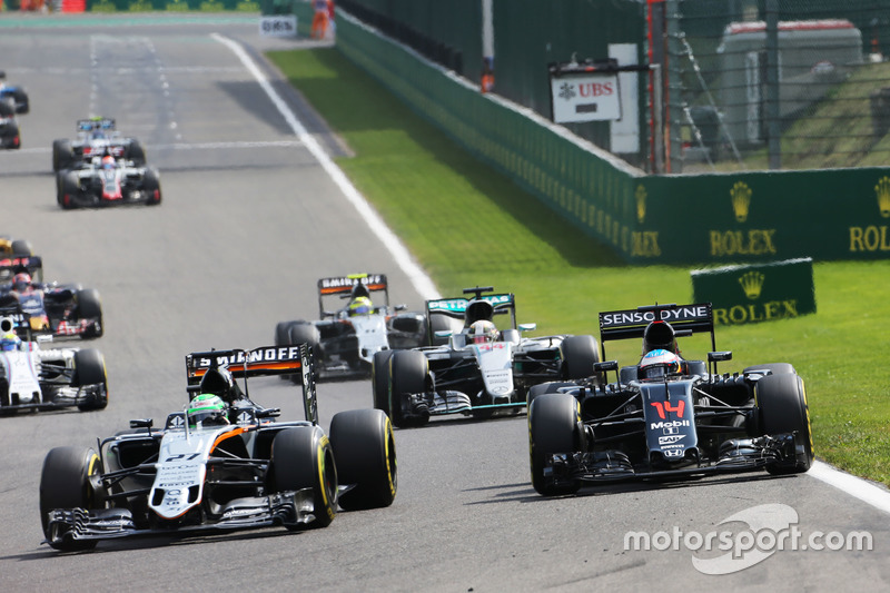 Nico Hulkenberg, Sahara Force India F1 VJM09 ve Fernando Alonso, McLaren MP4-31 pozisyon mücadelesi