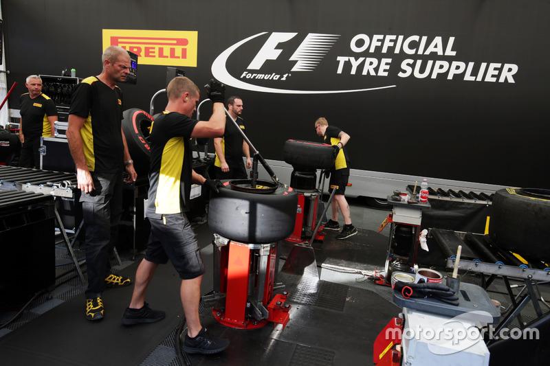 Reifentechniker von Pirelli