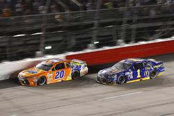 Jamie McMurray, Chip Ganassi Racing Chevrolet, Matt Kenseth, Joe Gibbs Racing Toyota