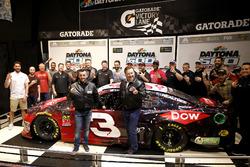 Austin Dillon, Richard Childress Racing Chevrolet Camaro con Justin Alexander, Crew chief, il proprietario del team Richard Childress e il team