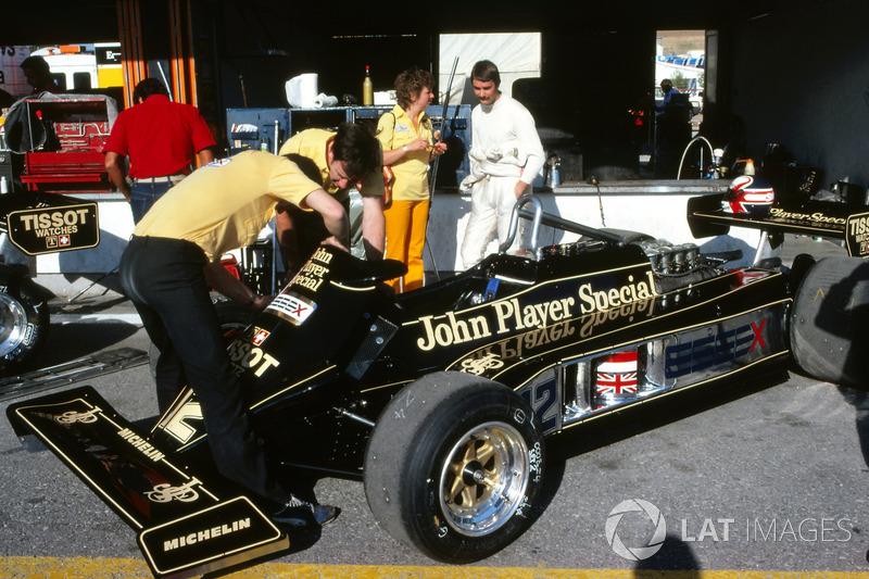 Nigel Mansell, fala com sua esposa Roseanne Mansell, enquanto os mecânicos trabalham no Lotus 87