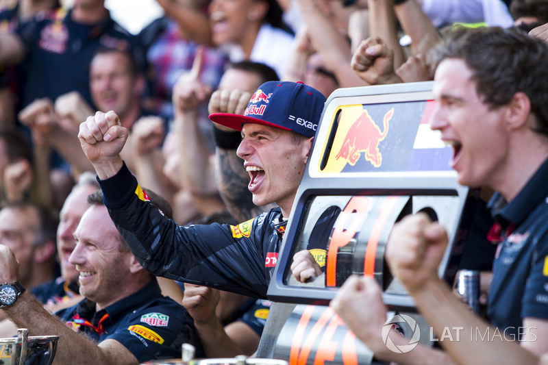 Max Verstappen, Red Bull Racing, 1st Position, celebrates with his team