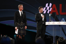 David Coulthard escucha a Christian Horner, director del equipo, Red Bull Racing