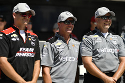 Josef Newgarden, Team Penske Chevrolet crew Verizon P1 Pole Award