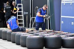 Scuderia Toro Rosso mechanics and Pirelli tyres