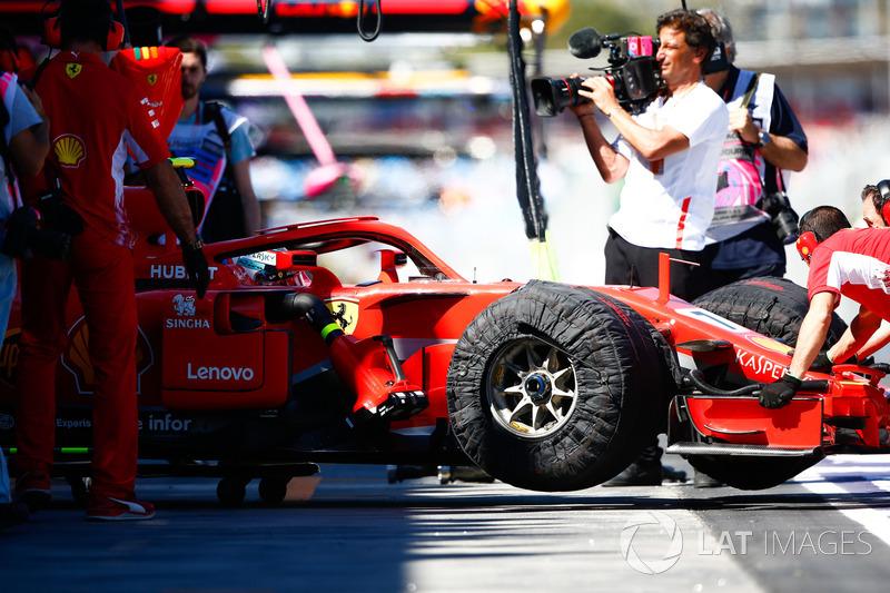 Kimi Raikkonen, Ferrari SF71H, es devuelto al garaje