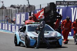 Nelson Piquet Jr., Jaguar Racing, se sube al auto de seguridad BMW i8 después de un accidente