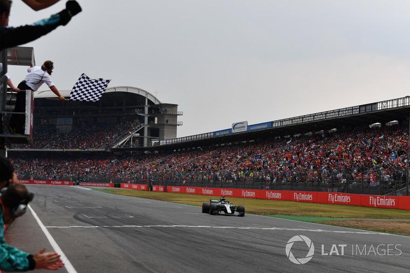 Com o abandono do alemão da Ferrari, Lewis Hamilton herdou a vitória e recebeu a ponta da tabela de volta