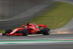 Sebastian Vettel, Ferrari SF71H, fait des étincelles