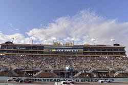 Tyler Reddick, Chip Ganassi Racing Chevrolet y Ryan Preece, Joe Gibbs Racing Toyota