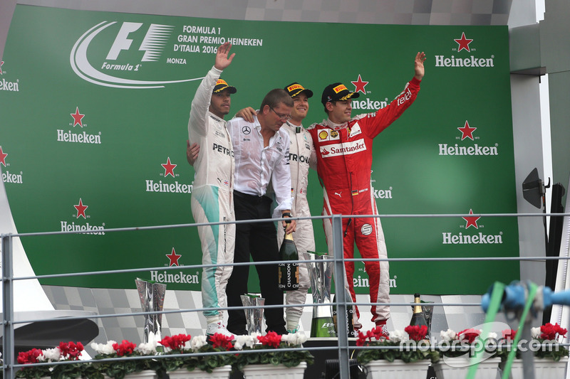 Podio: Lewis Hamilton, Mercedes AMG F1 Team, Nico Rosberg, Mercedes AMG F1 Team e Sebastian Vettel,