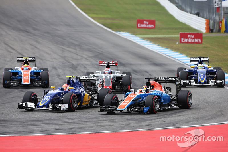 Felipe Nasr, Sauber C35 y Pascal Wehrlein, Manor Racing MRT05 al inicio de la carrera