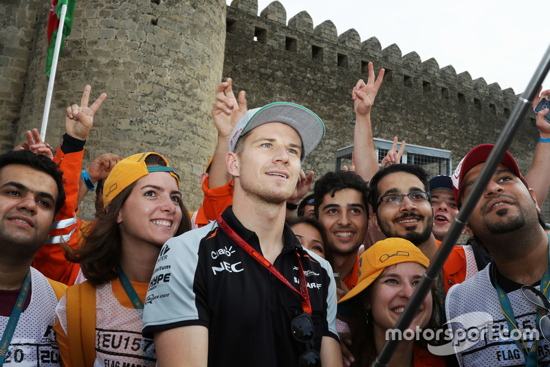 Nico Hulkenberg, Sahara Force India F1 con oficiales en el circuito