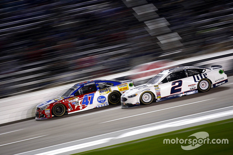 A.J. Allmendinger, JTG Daugherty Racing Chevrolet e Brad Keselowski, Team Penske Ford