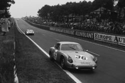 Герберт Линге, Бен Пон, Porsche 695 GS, впереди относительно экипажа Педро Родригес, Рикардо Родригес, Ferrari 250 TRI/61