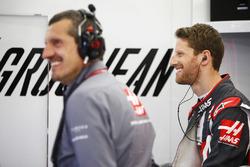 Руководитель Haas F1 Team Гюнтер Штайнер и гонщик Ромен Грожан