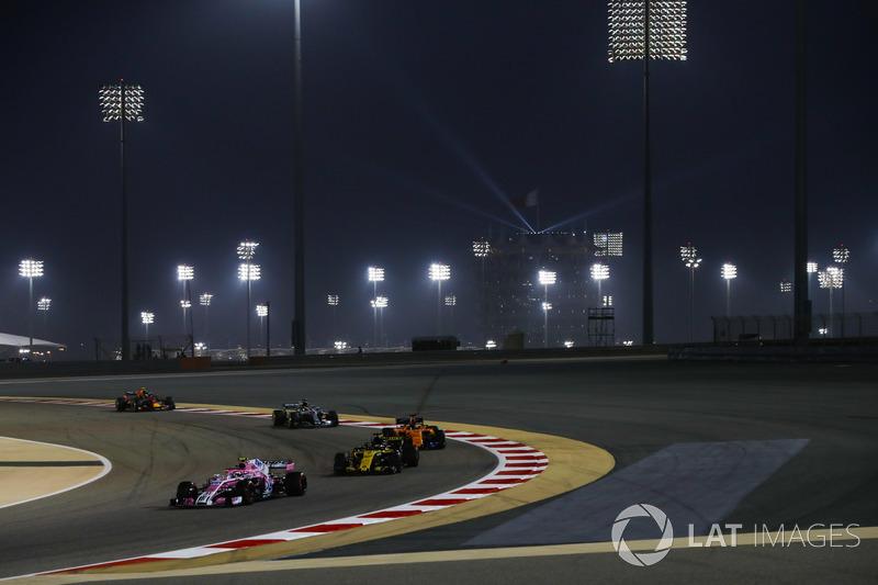 Esteban Ocon, Force India VJM11 Mercedes, leads Nico Hulkenberg, Renault Sport F1 Team R.S. 18, Fern
