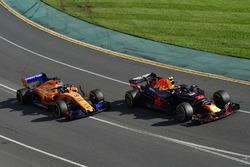 Max Verstappen, Red Bull Racing RB14 y Fernando Alonso, McLaren MCL33
