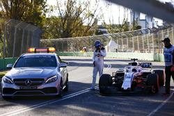 Lance Stroll, Williams Racing, est ramené au stand par la voiture médicale