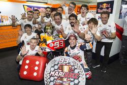 Чемпіон світу MotoGP 2017 року Марк Маркес, Repsol Honda Team, святкує здобуття титулу з командою