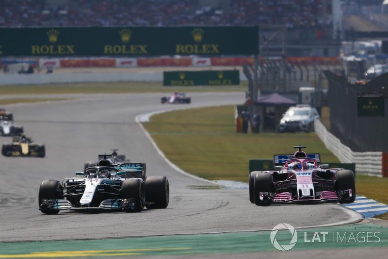 Lewis Hamilton, Mercedes AMG F1 W09, Sergio Perez, Force India VJM11