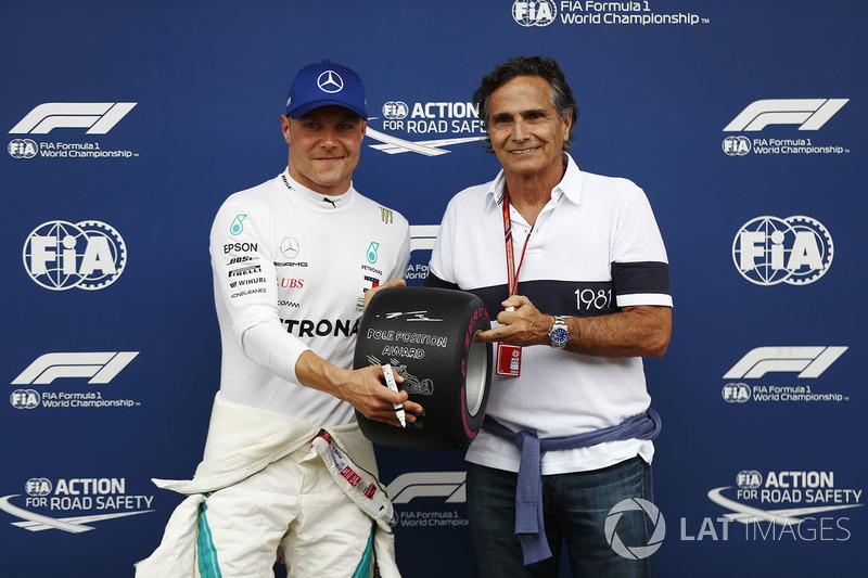 Peraih pole, Valtteri Bottas, Mercedes AMG F1, menerima penghargaan posisi pole dari Nelson Piquet Sr.