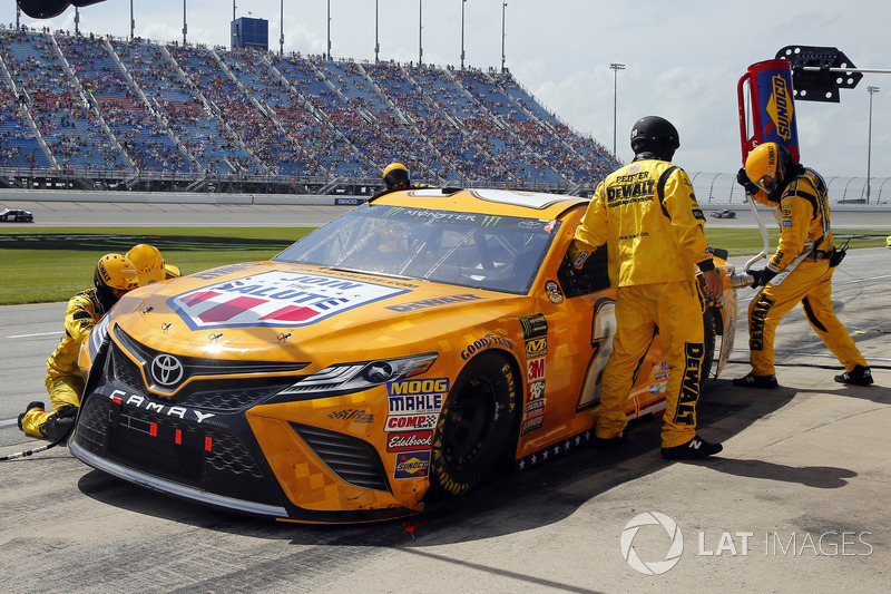Erik Jones, Joe Gibbs Racing, Toyota Camry DeWalt, pit stop