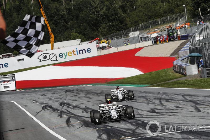 Charles Leclerc, Sauber C37 e Marcus Ericsson, Sauber C37, prendono la bandiera a scacchi