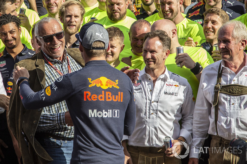 Max Verstappen, Red Bull Racing con Dietrich Mateschitz, CEO de Red Bull, Christian Horner, Red Bull Racing Team Principal, Dr Helmut Marko, Red Bull Motorsport y el equipo