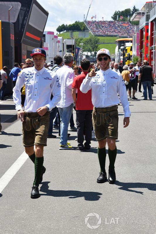 Brendon Hartley, Scuderia Toro Rosso et Pierre Gasly, Scuderia Toro Rosso lors de la parade des pilotes