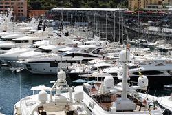 Yates y botes en el puerto