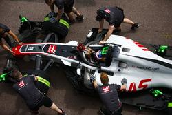 Romain Grosjean, Haas F1 Team, met ses gants