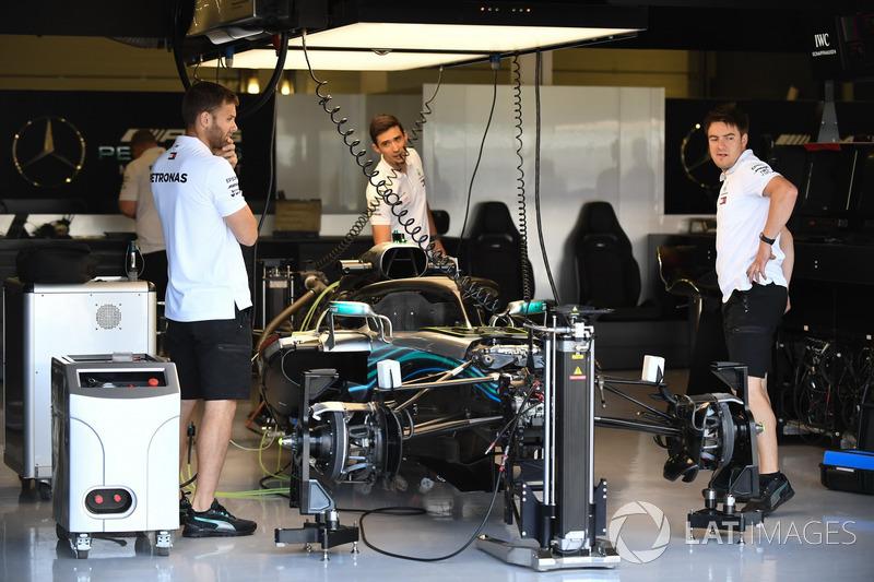Mercedes-AMG F1 W09 nel garage