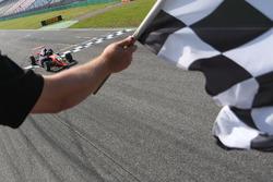 Zielflagge für Felipe Drugovich, Van Amersfoort Racing