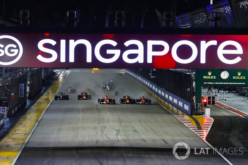 Sebastian Vettel, Ferrari SF70H, Max Verstappen, Red Bull Racing RB13, Kimi Raikkonen, Ferrari SF70H, the rest of the field away at the start