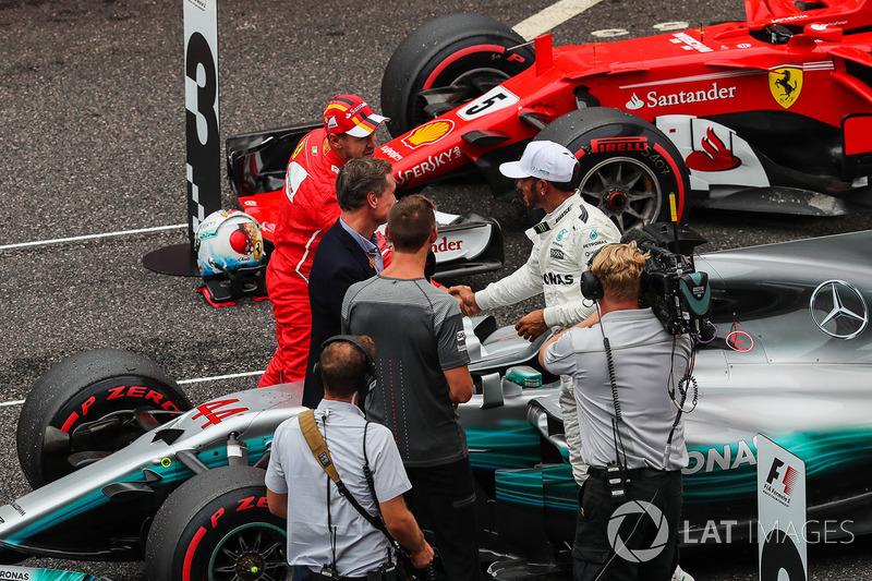 Sebastian Vettel, Ferrari y Lewis Hamilton, Mercedes AMG F1 se felicitan ante la presencia de David Coulthard, comentarista de Channel Four TV y Jenson Button