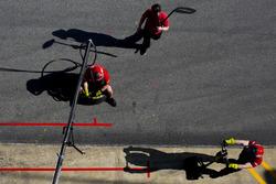 Mecánica de equipo PREMA Racing espera para iniciar práctica pit-stop
